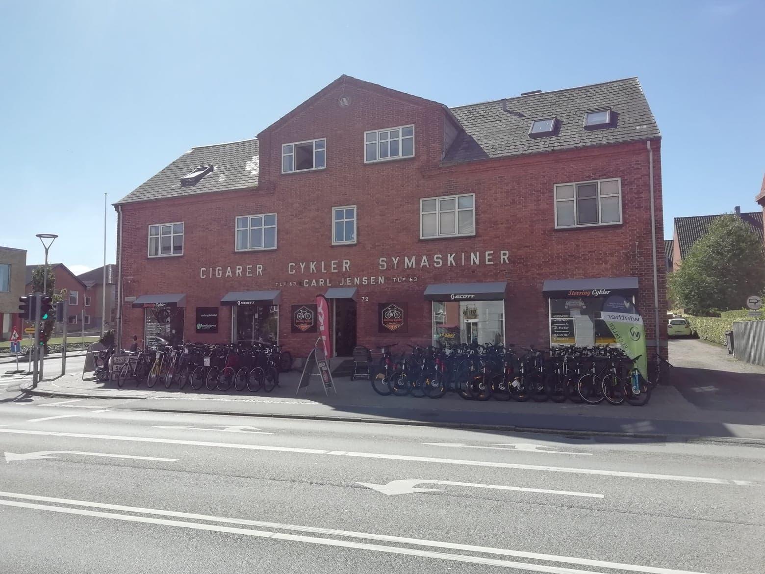 Cigarer, Cykler, Symaskiner - fronten af Støvring Cyklers butik